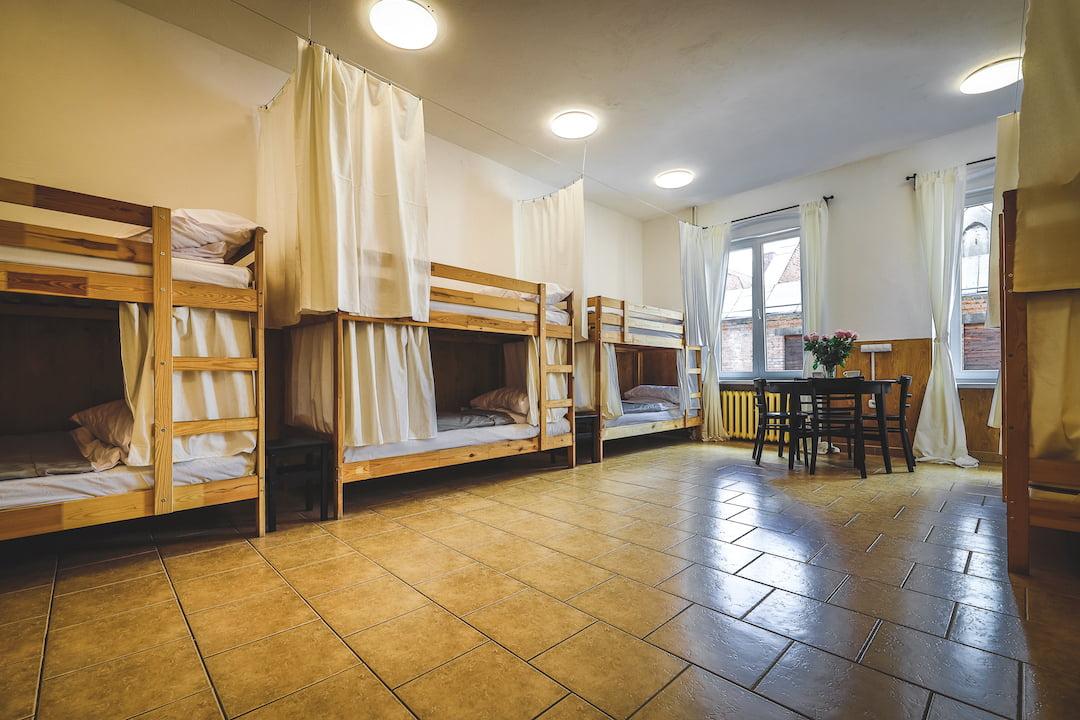 Łóżko w pokoju 10 osobowym.